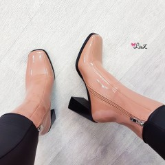 Bottines à talon bout carré vernis nude